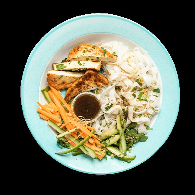 sałatka z makaronem ryżowym, tofu, warzywami i i orzechami