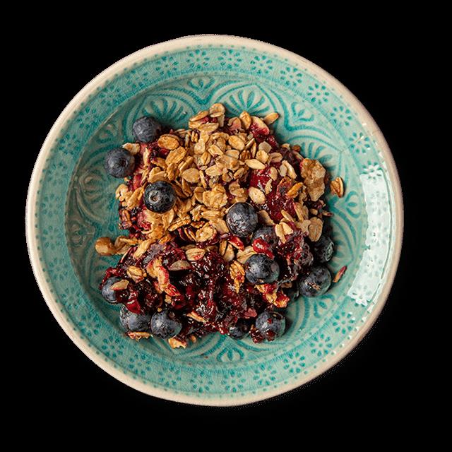 pieczone owoce leśne pod kruszonką z granoli